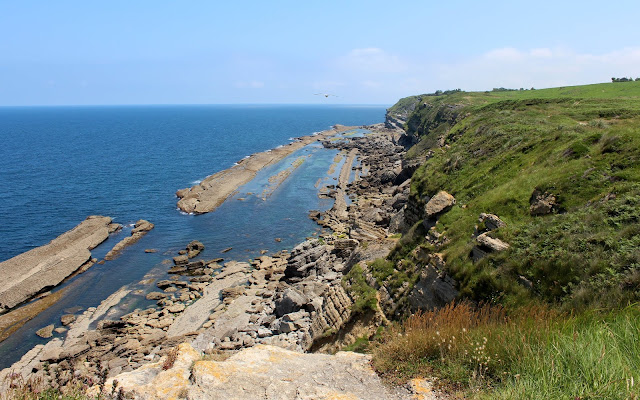 Piscinas naturales de Llaranza. Ruta de los acantilados de Loredo a Langre. Ribamontán al mar. Cantabria