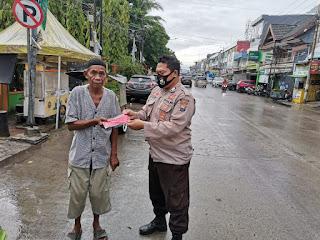 Cegah Covid-19, Bhabinkamtibmas Ujung Tanah Bagikan Masker ke Warga