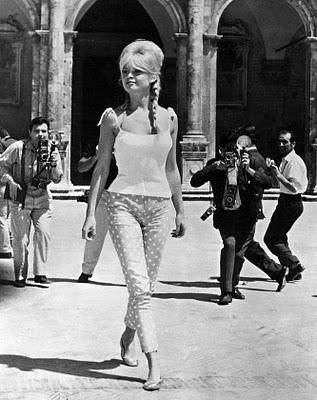 Foi na década de 50 que surgiu a calça feminina denominada cigarrete 8d44ac59613a2