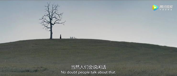 フィナーレのシーン…女性が丘の上のお墓の前に立っている…その傍に枯れ木が一本立っている