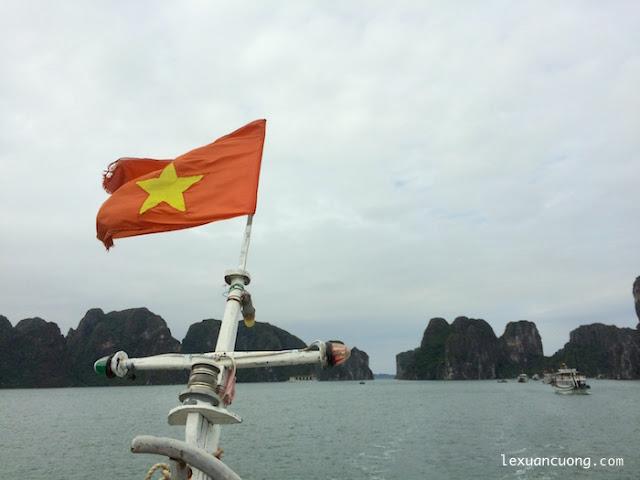 Lá cờ Việt Nam bay trên mũi thuyền