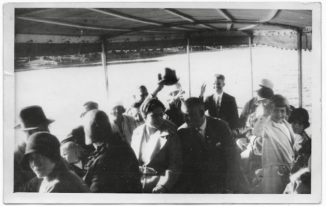 Menschen auf dem Ausflugsdampfer, Bild aus den 1920-er Jahren