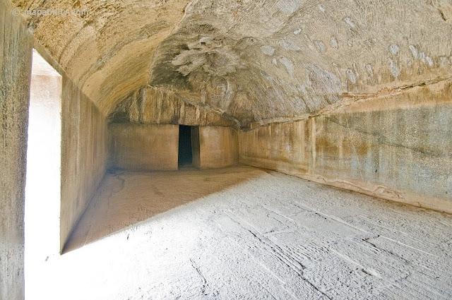 Barabar Caves, India  Примерно в 35 км к северо-востоку от г.Гая (штат Бихар) посреди абсолютно плоской желто-зеленой равнины возвышается невысокая скалистая гряда протяженностью около 3 км.   Эти пещеры прорезаны в граните насыщенном кварцем, большинство законченных пещер имеют отполированые внутренние стены, их особенность это отражение звука. В пещере создается многократное эхо которое периодично меняет тональность звучания.             В ее центральной части находится известная своими древнейшими в Индии рукотворными пещерами группа скалистых возвышенностей, которые называются Барабар (Barabar(Banawar) Hill). Примерно в полутора километрах от них на восток находится еще одно место расположения подобных пещер, относящихся к одному с Барабаром историческому периоду – скалистый холм Нагарджуни (Nagarjuni Hill).  Чаще всего оба эти места упоминаются под одним обобщающим названием: «Пещеры Барабар» (Barabar Caves). Группа «Барабар» состоит из четырех пещер, а группа «Нагарджуни» – из трех.