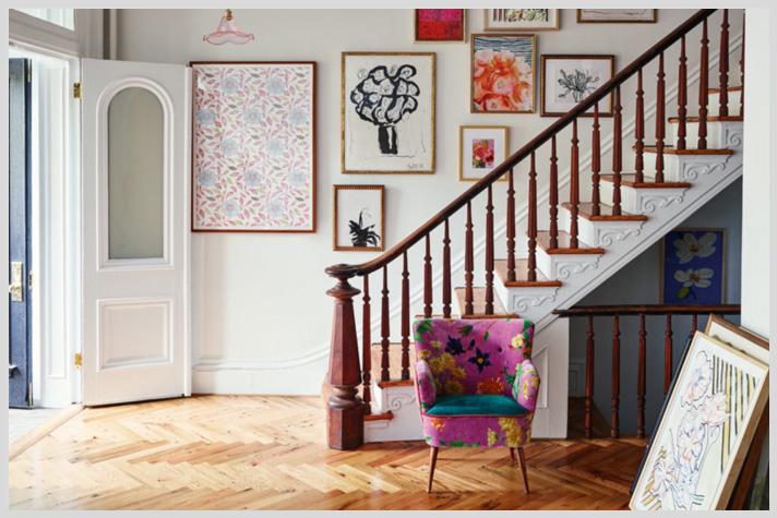 Inspiración por catálogo: Anthropologie. Gallery wall en escalera y Sillon con genero soñado