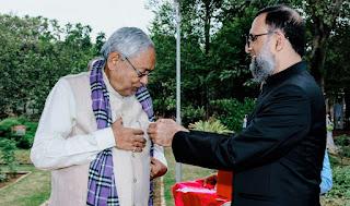 फ्लैग लगाते आमिर सुबहानी