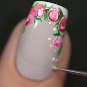 pintando boilnhas com esmalte branco na unha francesinha