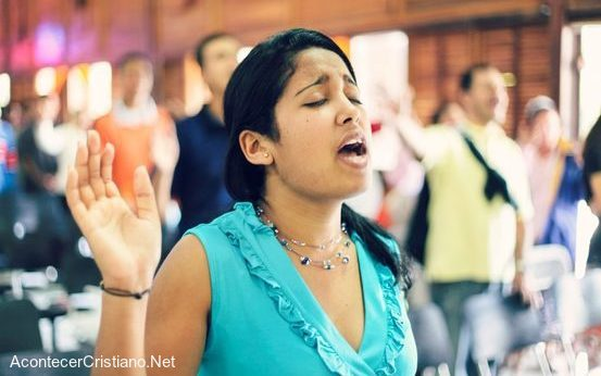 Mujer adorando en iglesia evangélica en Cuba