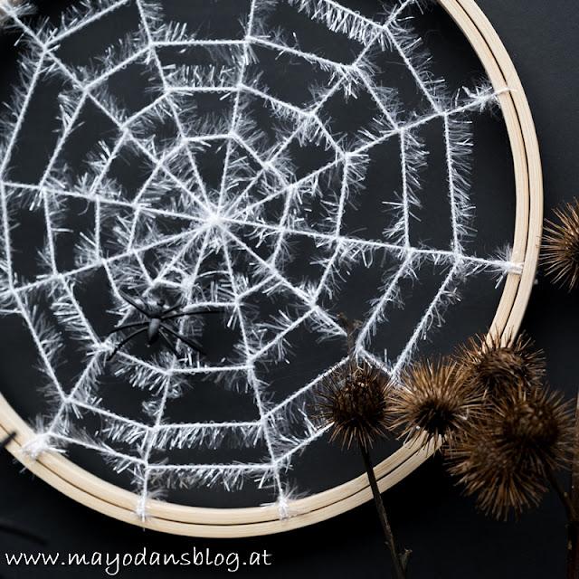 Spinnennetz im Stickrahmen