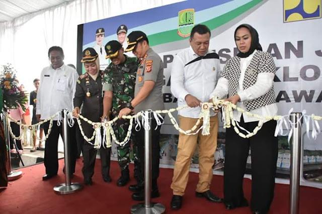 Bupati Bekasi Eka Supria Atmaja bersama Bupati Karawang Cellica Nurrachadiana Resmikan Jembatan Penghubung Pebayuran - Rengasdengklok