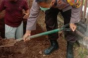 Kapolsek Passi Bantu Gali Makam Pasien Yang Meninggal Karena Covid-19