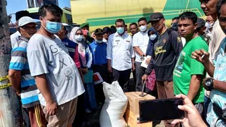 Rusma Yul Anwar menyerahkan bantuan untuk korban kebakaran di Pasar Kambang