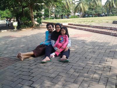 Saya Bersama Anak dan Istri Meluangkan Waktu Bermain dan Olah Raga di Alam Terbuka