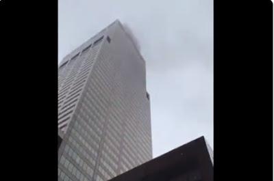 O helicóptero bateu no topo do prédio em NY Reprodução/ Twitter