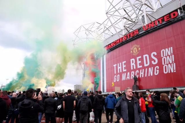Man United fans protest to stop Man United vs Liverpool match