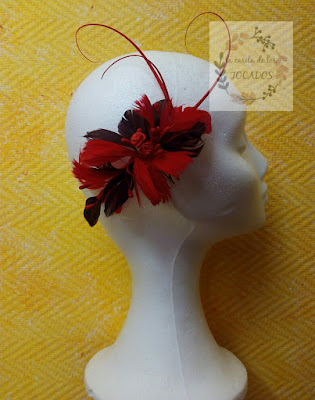 peineta para boda artesanal realizada con plumas en colores rojo y marrón