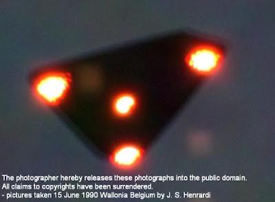 Imagen de OVNI triangular con cuatro luces inferiores