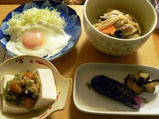 中華丼 ナスの浅漬け ナメコと山形だし豆腐 目玉焼き