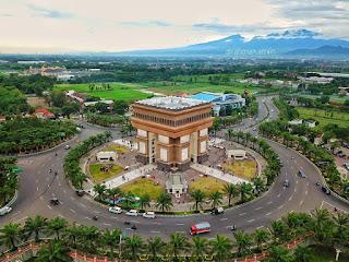 Simpang Lima Gumul, Jawa Timur yang mirip dengan Arc De Triomphe, Prancis