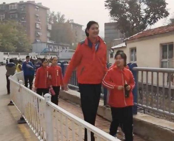 Luarbiasa!!! Gadis Berusia 11  Tahun Ini Punya Ketinggian 2 Meter Lebih,