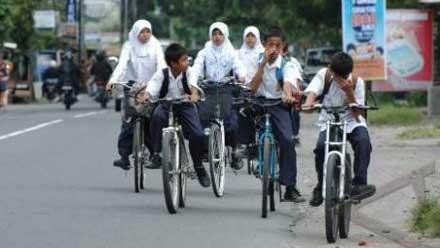 Pelajar kendarai sepeda ke sekolah