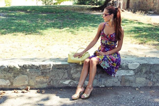 cvetna ljubicasta haljina zlatne sandale zuta tasna