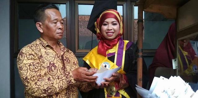 Anak Penjual Sate Raih IPK Tertinggi di Untidar Magelang