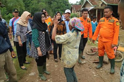 Bupati Tanggamus Kunjungi Korban Banjir