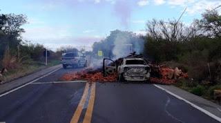 Caminhão e carro ficam incendiados