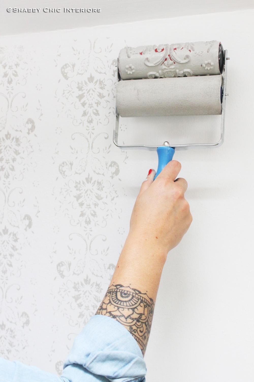 Rullo decorativo come abbellire una parete shabby chic for Carta da parati per scale interne