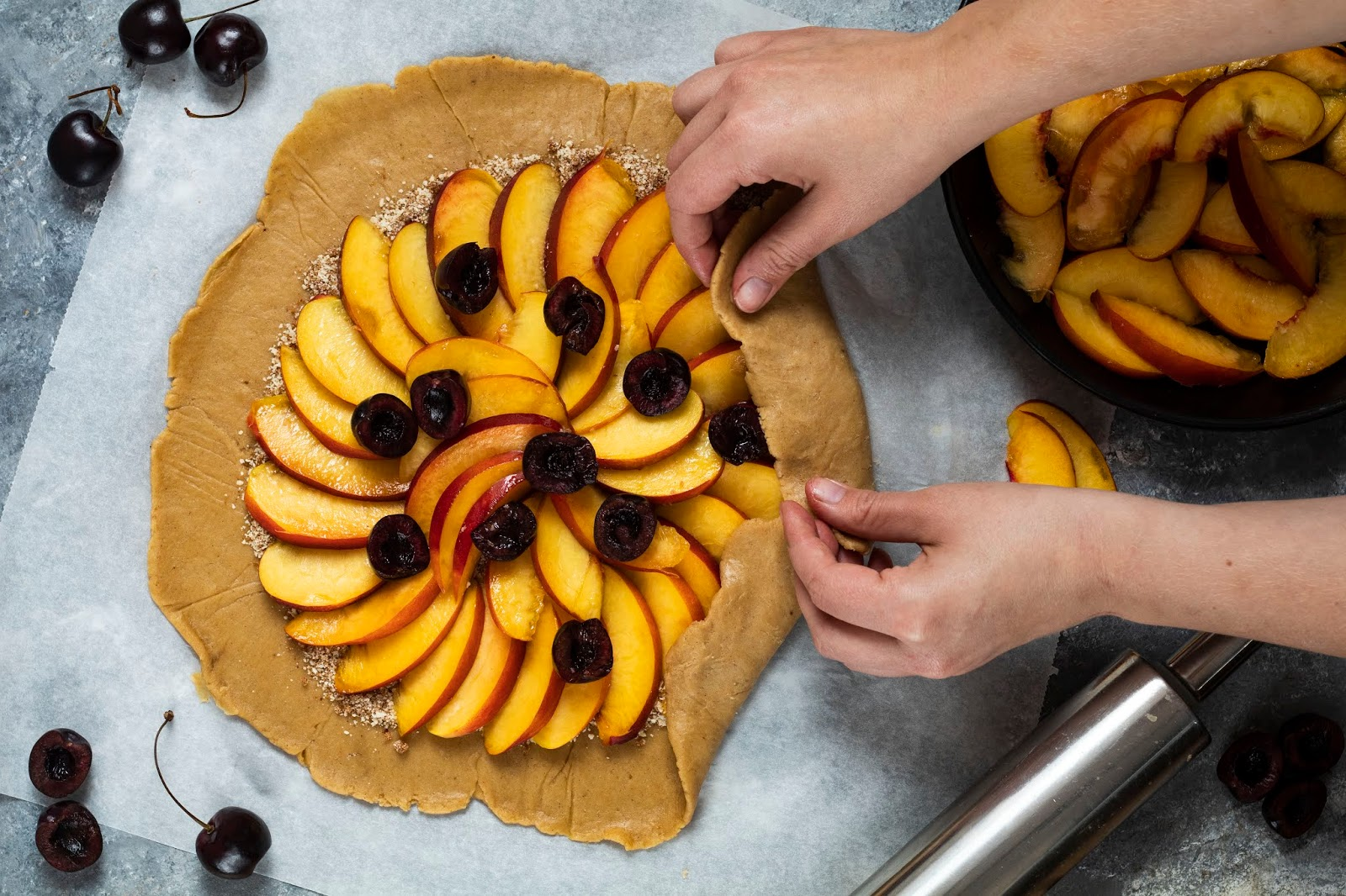 Montage de la tarte rustique aux nectarines et aux cerises