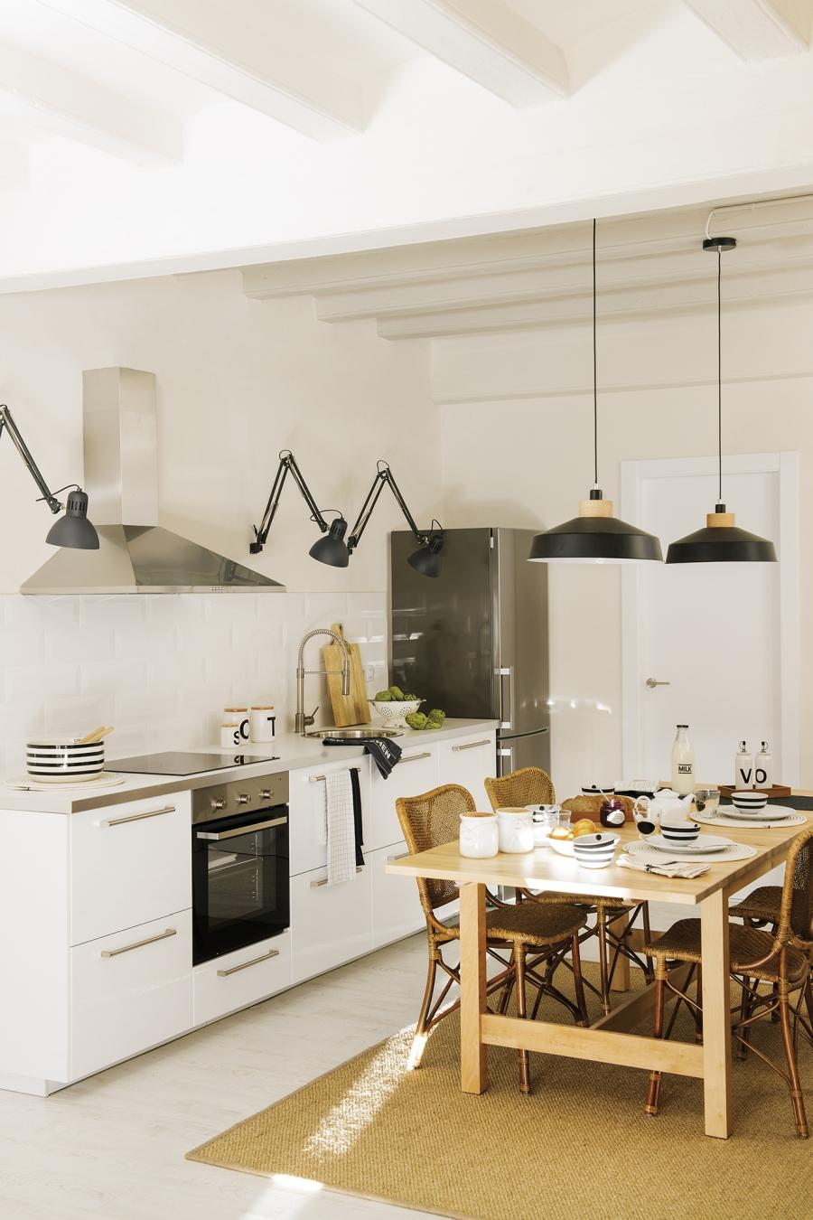Czerń i biel w przytulnej aranżacji - wystrój wnętrz, wnętrza, urządzanie mieszkania, dom, home decor, dekoracje, aranżacje, minty inspirations, styl skandynawski, scandinavian style, biała wnętrza, małe wnętrza, małe mieszkanie, otwarta przestrzeń, czerń i biel, balck & white, naturalne drewno, naturalne materiały, mała kuchnia, drewniany stół