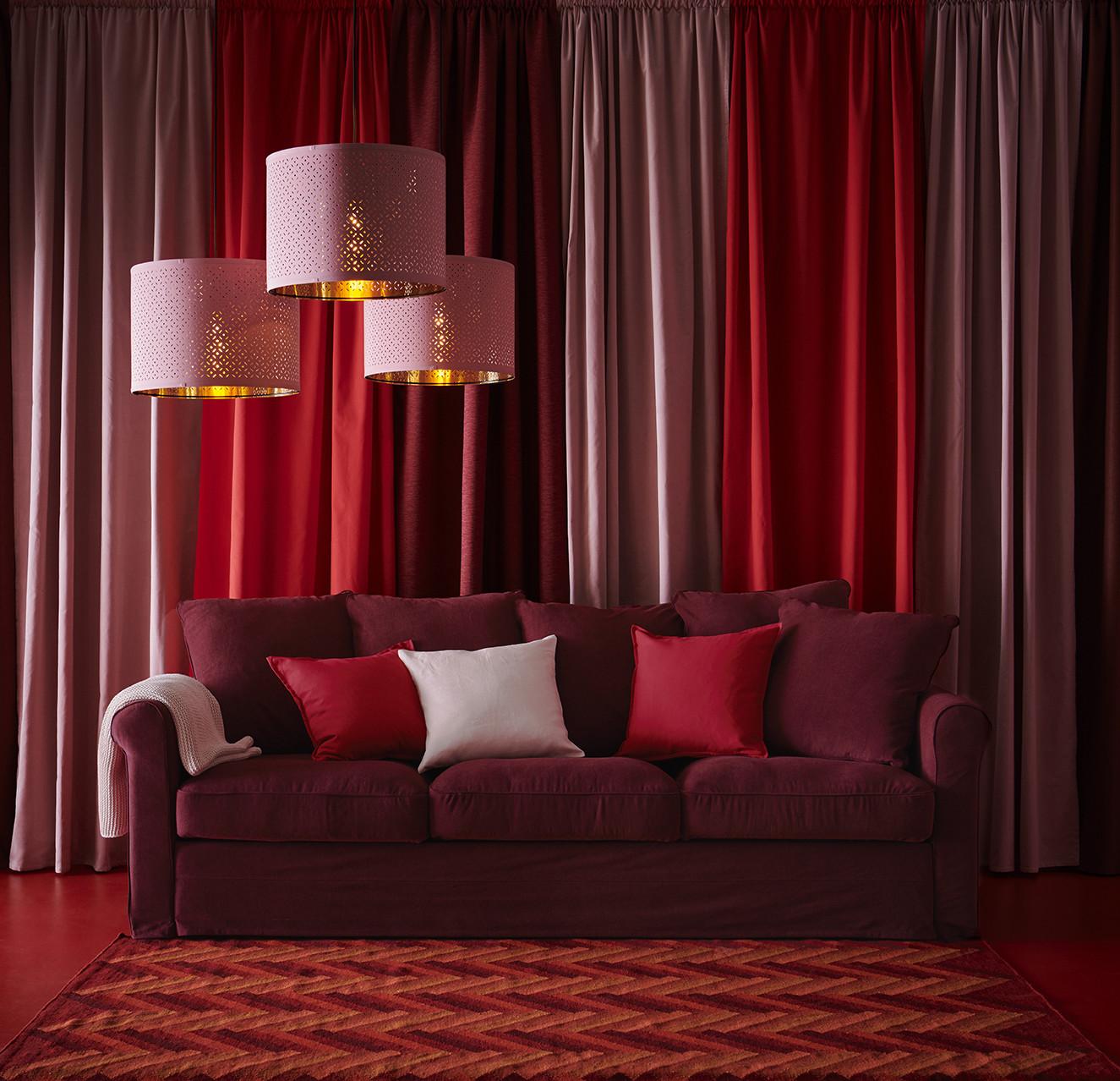 Novedad catálogo ikea 2020 sofá granate con lámpara rosa