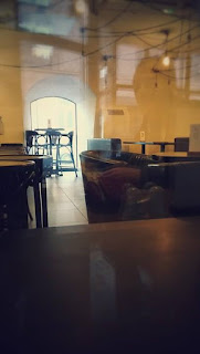 Wystrój restauracji w Browarze Lubicz: fotele na sali barowej