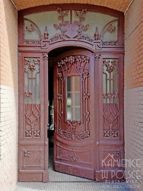 Bydgoszcz. Kamienica. Wejście. Secesja. Metalowe drzwi.