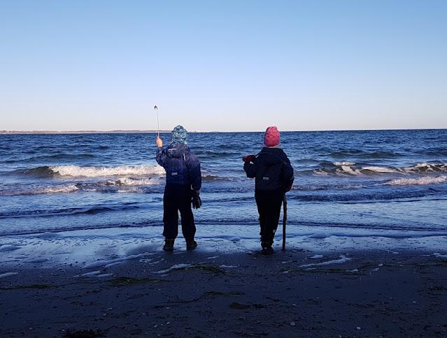 Küsten-Spaziergänge rund um Kiel, Teil 5: Jellenbek - Strand - Krusendorf - Jellenbek. Unser Spaziergang mit Kindern startet am Meer, am Strand von Jellenbek.
