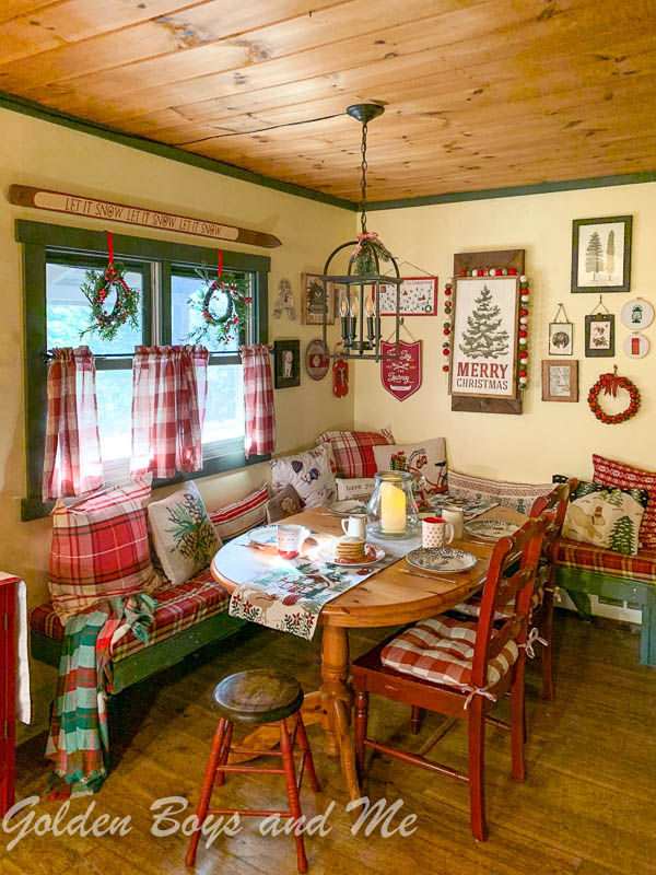 Christmas decor in cabin with DIY seating banquette - www.goldenboysandme.com