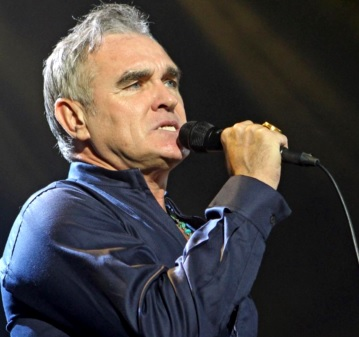Foto de Morrissey cantando en el escenario