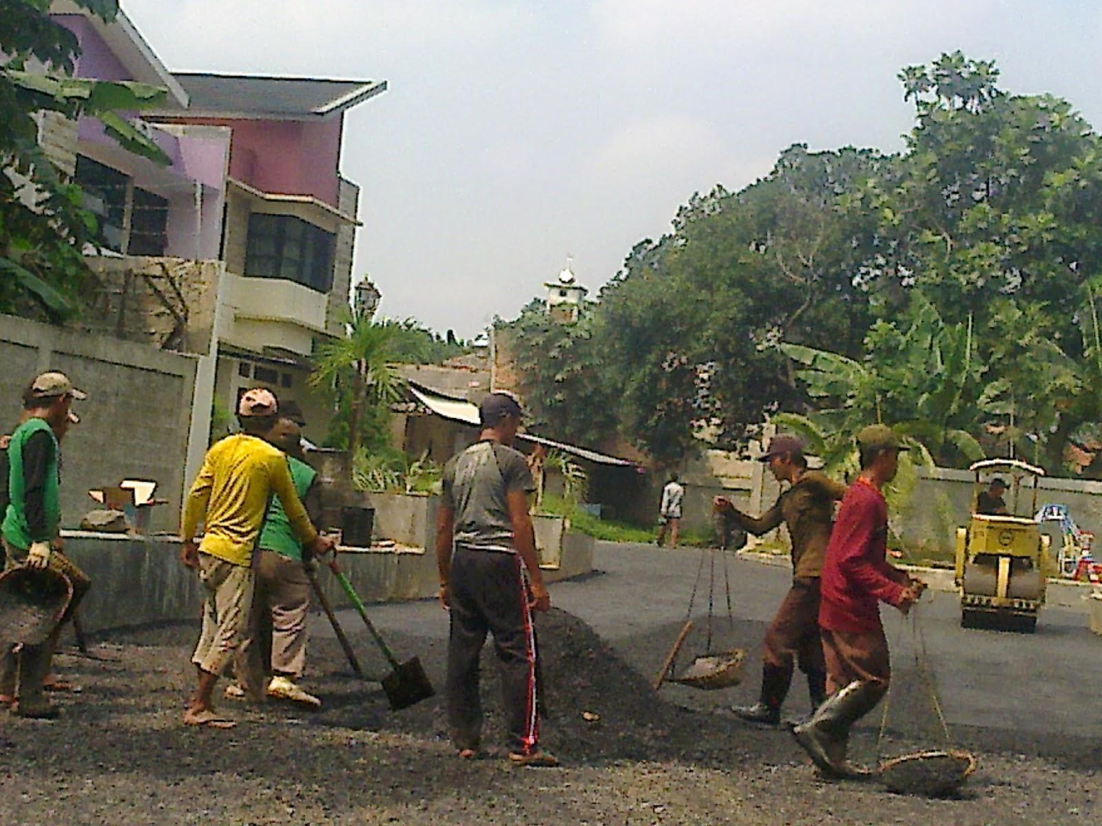 Pengaspalan aalah salah Satu caramemperbaiki kondisi jalan yang rusak