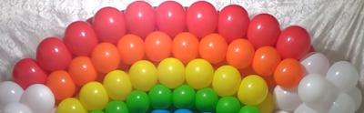 Ballondekoration ein bunter Ballonbogen in weißen Wolken aus Luftballons.