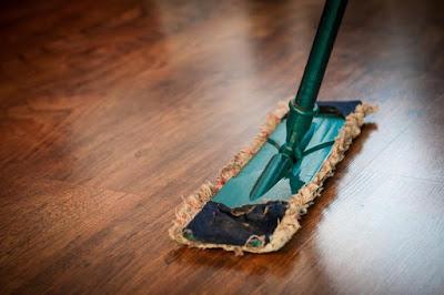 làm sạch sàn gỗ gõ đỏ