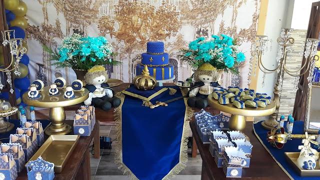 Almofadas e Trilhos de Mesa em veludo na Decoração de Festa Reinado em Azul e Dourado