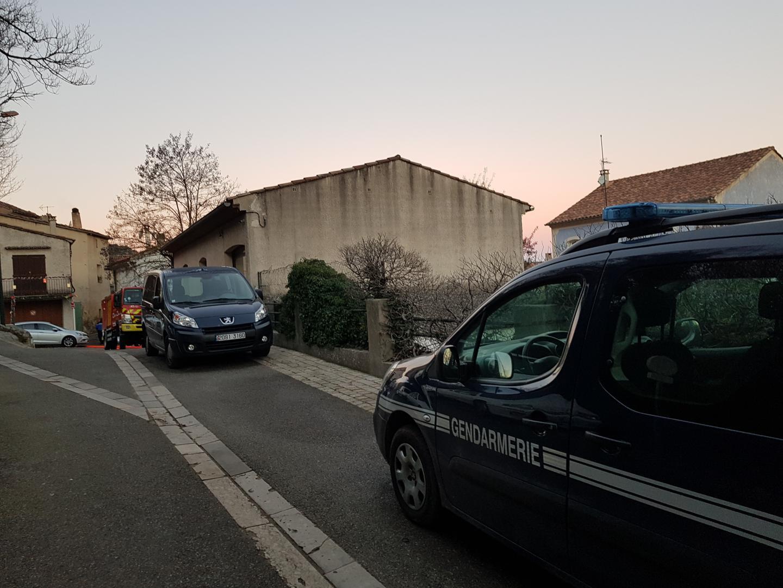 Un important dispositif de sécurité ( gendarmes, PSIG, GIGN et sapeurs-pompiers) a été déployé autour de son domicile. Depuis le début de l'intervention, certains habitants sont confinés chez eux. Une cellule de crise a été ouverte en mairie.