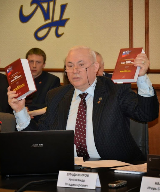 O general Alexander Vladimirov apresenta seu livro 'Teoria Geral da Guerra'.  Russian International Affaires Council. Moscou 15-04-2014.