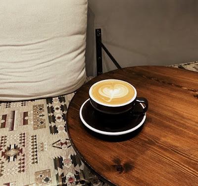 الفلات وايت في مقهى مد