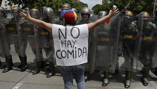 Jovens mascarados queimam lixo e montam bloqueios nas estradas de uma cidade que faz fronteira com a Venezuela volátil nesta segunda-feira, disseram testemunhas, no mais recente protesto contra a suspensão de um referendo para remover o presidente Nicolas Maduro
