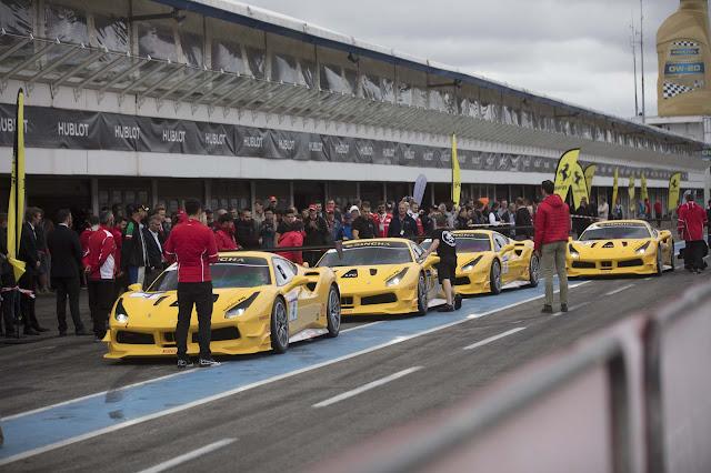 Vier gelbe Ferrari 488 Challenge in einer Schlange auf dem Pitlane