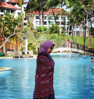 Di pool Bintan Lagoon Resort yang teduh