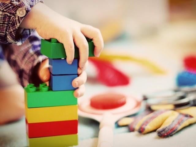 Πώς να βοηθήσετε το παιδί σας να μοιράζετε τα πράγματα του