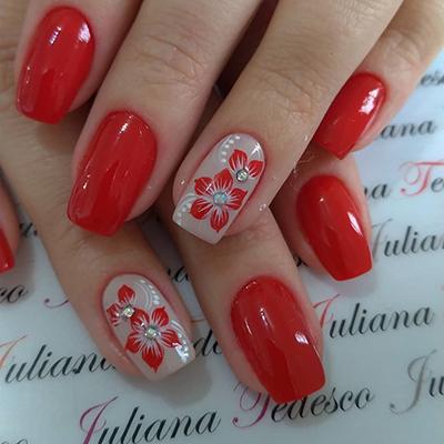 unhas com flores vermelhas