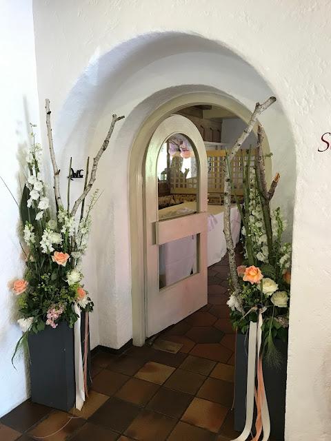 Eingang Restaurant im Seehaus, Berghochzeit am Riessersee in Garmisch-Partenkirchen, Bayern, Hochzeitshotel, Hochzeitsplanerin Uschi Glas, Apricot, Rosé, Marsalla, Pastelltöne